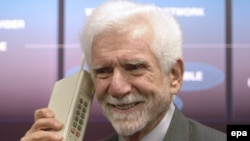 Mobil telefonu yaradanlardan biri olan amerikalı mühəndis Tomas Kuper