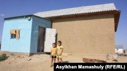 Дети стоят во дворе дома в селе Акай. Кызылординская область, 14 июля 2013 года.