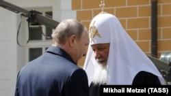 Президент России Владимир Путин и патриарх Московский и всея Руси Кирилл (архивный снимок).