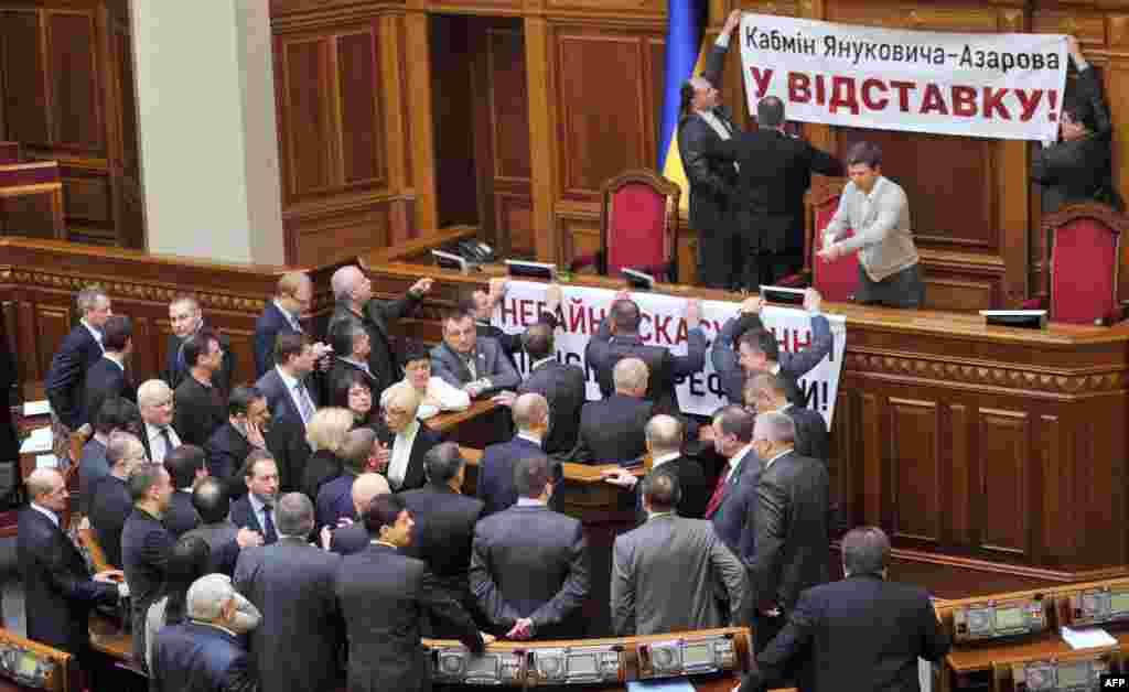 Опозиція блокує трибуну Верховної Ради, 5 квітня 2013 року.