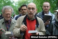 Akunin Moskvada müxalifət fəallarının təşkilatçılığı ilə keçirilən Yazıçı Marşında iştirak edir. 13 may 2012