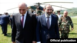 Nagorno-Karabakh - Armenian Prime Minister Nikol Pashinian (R) is greeted by Karabakh President Bako Sahakian on his arrival in Stepanakert, 16 June 2018.