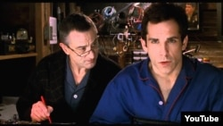 """Ben Stillerin ən məşhur filmi Robert de Niro ilə birlikdə oynadığı """"Valideynlərlə tanışlıq""""dan bir kadr, 2000-ci il."""