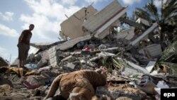Գազայի հատված - Իսրայելի օդային հարվածի հետևանքով ավերակների վերածված շենք Գազա քաղաքում, 15-ը հուլիսի, 2014թ․