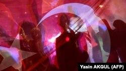 Сторонники правящей в Турции партии Партии справедливости и развития празднуют победу у штаб-квартиры в Анкаре. 24 июня
