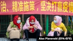 Уйгурки на главном железнодорожном вокзале Гуанчжоу в защитных масках для защиты от COVID-19, 12 февраля 2020 г.
