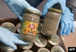 هروئین جاسازیشده در شیشههای سیرترشی. کشفشده در آلمان