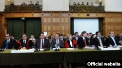 Македонската делегација пред Меѓународниот суд на правдата во Хаг.