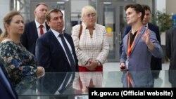 Глава российского правительства Крыма Юрий Гоцанюк (посередине) и его заместители Юлия Жукова (слева) и Ирина Кивико (справа)