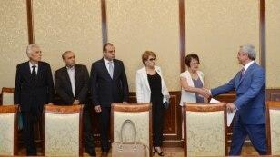 Президент Серж Саргсян приветствует представителей реорганизованной Социал-демократической партии «Гнчакян», Ереван, 28 августа 2015 г.