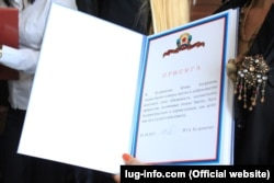 Присягу судді «ЛНР» приймає колишня працівниця Державної судової адміністрації в Луганській області. (Фото з сайту lug-info.com)