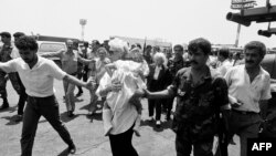 Ливанские солдаты с пассажирами захваченного самолёта рейса 847 TWA. Бейрут, 14 июня 1985 года
