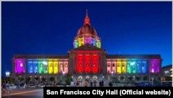 Праздничное освещение мэрии Сан-Франциско после решения Верховного суда