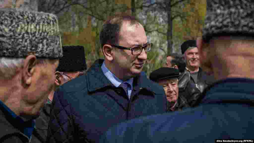 Відзначити день народження кримськотатарського просвітителя прийшов і адвокат Микола Полозов