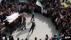 На похоронах сирийского повстанца в городе Идлиб, Сирия, 23 февраля 2012 г