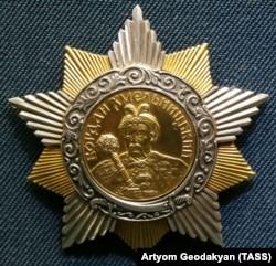 Радянський Орден Богдана Хмельницького I ступеня. Заснований 10 жовтня 1943 року. Прізвище гетьмана подане українською мовою