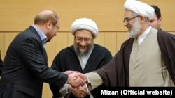 محمد جعفر منتظری (نفر اول از راست) میگوید که پرونده واگذاری املاک شهرداری تهران به رییس قوه قضائیه (نفر وسط) ارائه شده است.