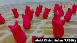 عمل فني يمثل نماذج لقنابل على أرضية غاليري دهوك