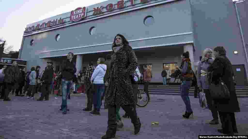 Центральний вхід у кінотеатр«Жовтень» після реконструкції.