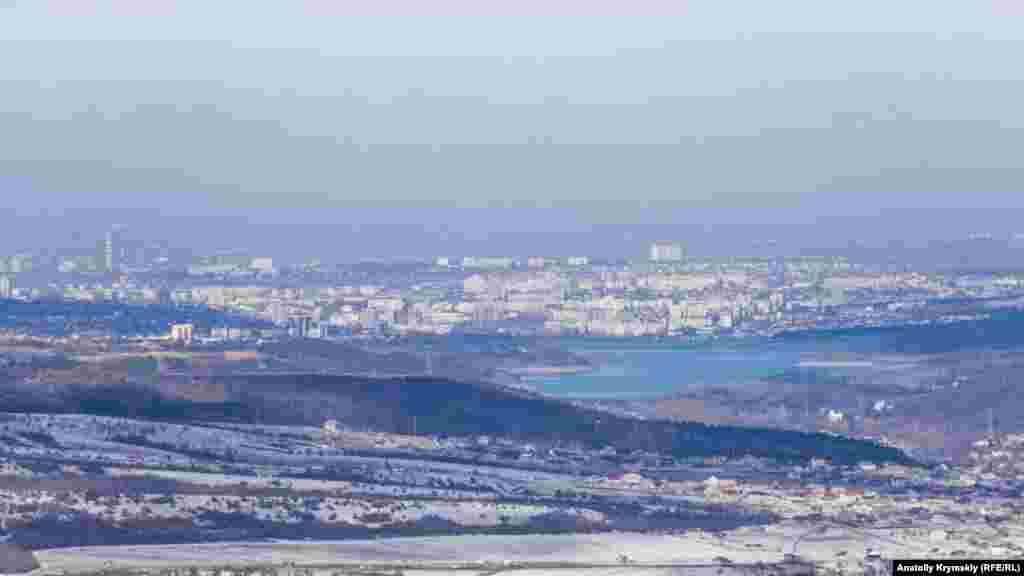 І навіть вимальовується Сімферополь – правда, тільки в об'єктиві фотокамери. Звідси він за 21 кілометр