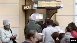 Доллары кончились, гривны на исходе. Украинские вкладчики осаждали банки, когда еще было что осаждать. В Киеве 9 октября