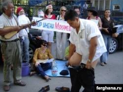 Художник Канат Ибрагимов снимает штаны в знак протеста против изъятия спонсорских денег у независимого театра «Аксарай».