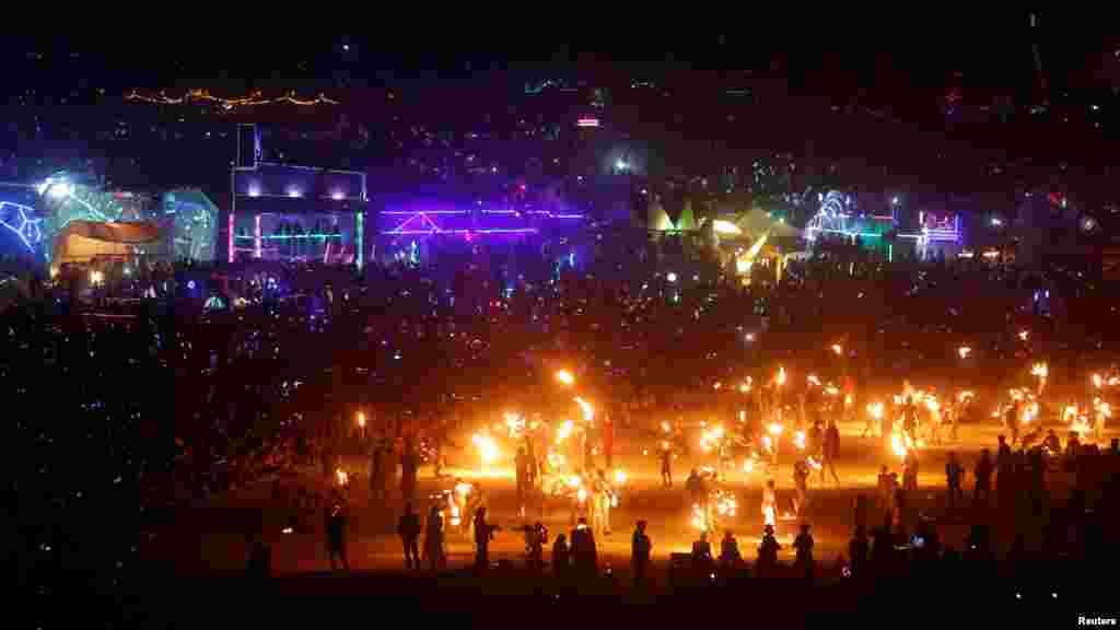 Тысячи зрителей на церемонии сжигания