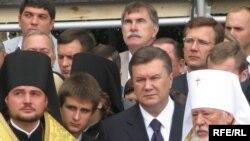 Народний депутат, лідер Партії регіонів Віктор Янукович на відправі у Києві з Патріархом Кирилом. 27 липня 2009 р.