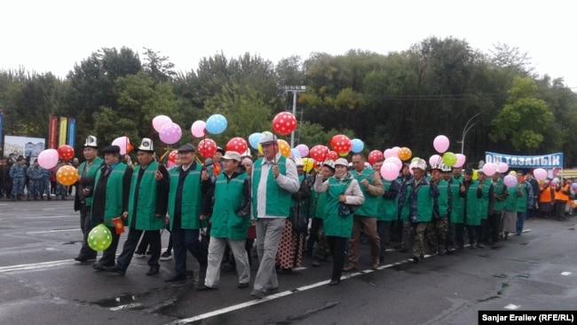 """Работники ошского предприятия """"Тазалык"""" на марше."""
