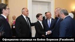 Sa rukom preko ramena koleginice iz Srbije, Bojko Borisov i Ana Brnabić pred kamerama sa Jahorine poručuju da su odnosi dve države dobri