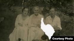 Бронислав Каминский с матерью и женой