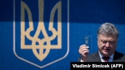 Петр Порошенко с украинским паспортом в руке, июнь 2017 г.