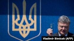 Пётр Порошенко с украинским паспортом в руке, июнь 2017