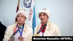 (солдон оңго) Акжол Махмудов менен Төрөкан Багынбай уулу