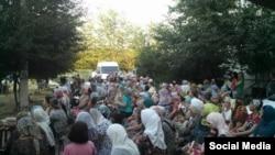 Hırsızlanğan Ervin İbragimovnıñ evi yanında keçirilgen dua, 2016 senesi, iyül 17