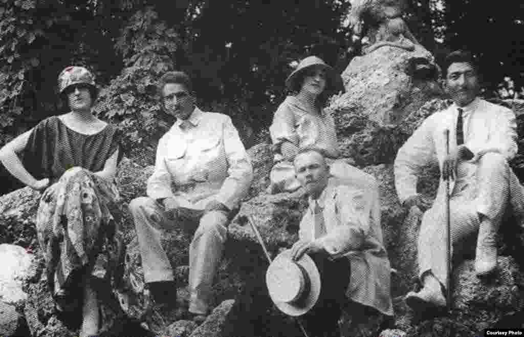 Жаһанша Досмұхамедов әйелімен бірге Қырымда демалған кезі.