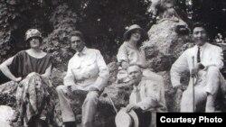 Жаханша Досмухамедов (справа) с супругой во время отдыха в Крыму.