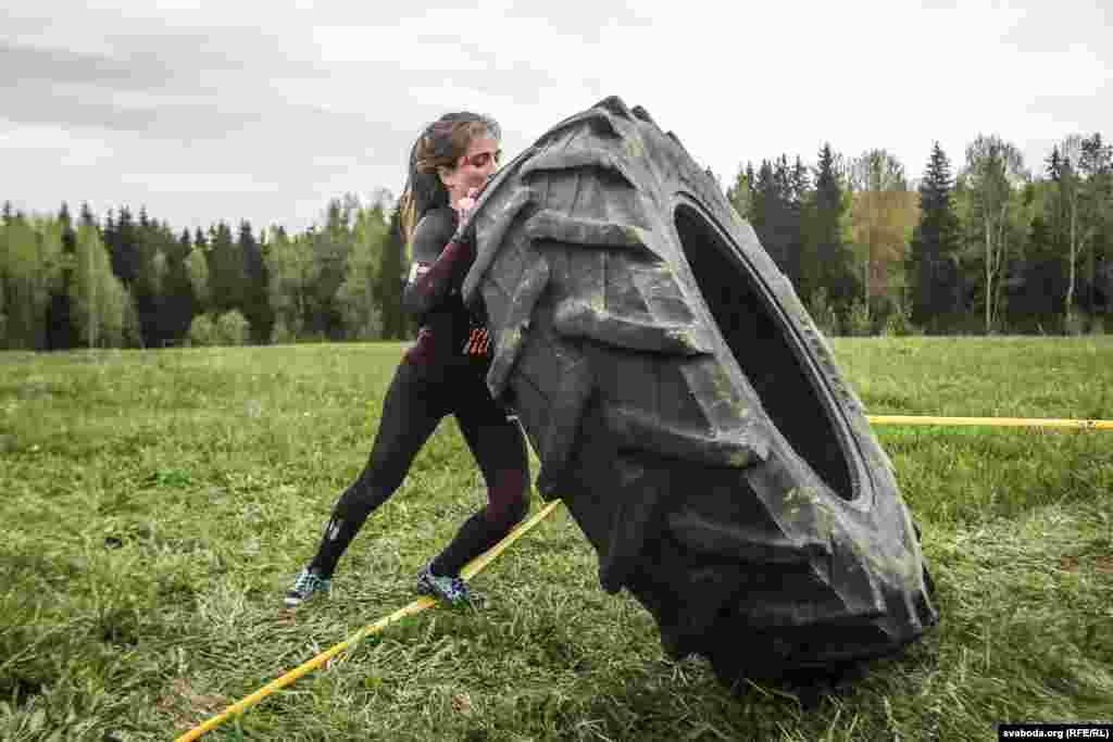 На полосе препятствий - целых два упражнения на силу с огромными резиновыми шинами. В первом спортсмен оттаскивает колесо от кола, чтобы натянулась цепь, а затем возвращается к колу и, сидя, тянет за цепь до соприкосновения колеса с колом. Второе упражнение заключается в переворачивании колеса на дистанции 15-20 метров. Тащить или катить колесо при этом запрещается.