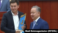 Председатель мажилиса парламента Казахстана Нурлан Нигматулин (справа).