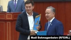Спикер мажилиса парламента Казахстана Нурлан Нигматулин (справа) во время вручения приза журналисту. Астана, 22 июня 2017 года.