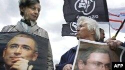 Сторонники Михаила Ходорковского с плакатами на демонстрации в Москве в его поддержку. 31 мая 2008