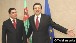 Turkmen President Gurbanguly Berdymukhammedov being welcomed to Brussels by the president of the European Commission, Jose Manuel Barroso. Do energy or human rights concerns come first?