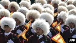 Besij toparynyň türkmen agzalary Tährandaky parada gatnaşýarlar, 22-nji sentýabr, 2009 ý.