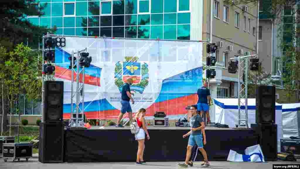 В парке установили сцену с надписью «Молодежь – будущее России» и российским флагом