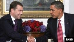 Теперь, убеждены политологи, демократы будут делать все, чтобы слова Барака Обамы забылись. А республиканцы, напротив, постараются этого не допустить (На фото: Дмитрий Медведев и Барак Обама на встрече в Нью-Йорке, 2009 год)