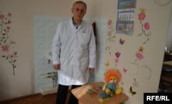 Психиатр Юрий Стратович в своем кабинете