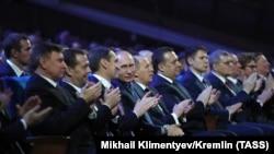 В центре - президент РФ Владимир Путин, слева от него - директор ФСБ Александр Бортников, а справа - директор Службы внешней разведки Сергей Нарышкин