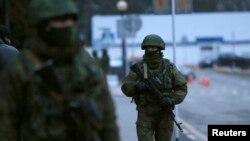Cимферополь көшесіндегі белгісіз әскери адамдар. 28 ақпан 2014 жыл.