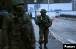 Вооруженные люди в форме без опознавательных знаков в аэропорту Симферополя