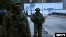 Persona të armatosur e të uniformuar patrullojnë në aeroportin e qytetit Simferopol në Krime